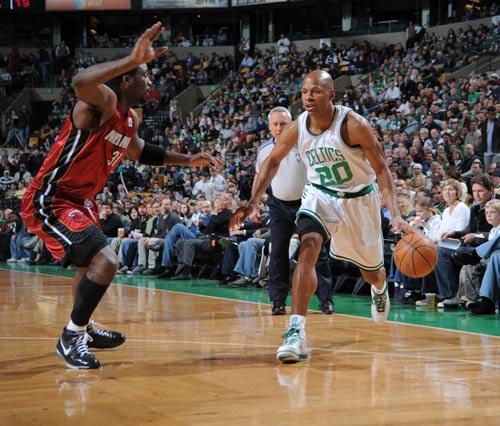 图文:[NBA]热火负凯尔特人 雷阿伦运球