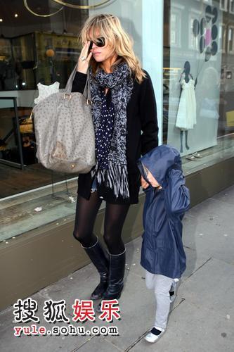 模凯特-摩斯携女儿Lila Grace 逛街购物