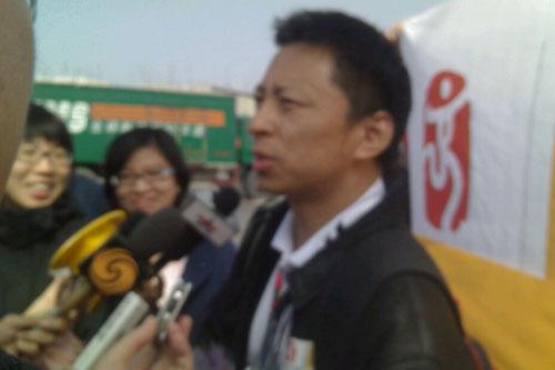首席记者张朝阳跟随圣火抵京,接受记者采访