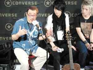 经历过婚姻失败的李宗盛自嘲地说,做了10年吉他,发现什么都可能离开他,只有琴不会。