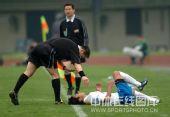 图文:[中超]武汉1-3广州 主裁判查问伤情