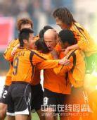 图文:[中超]武汉1-3广州 古斯塔博庆祝进球