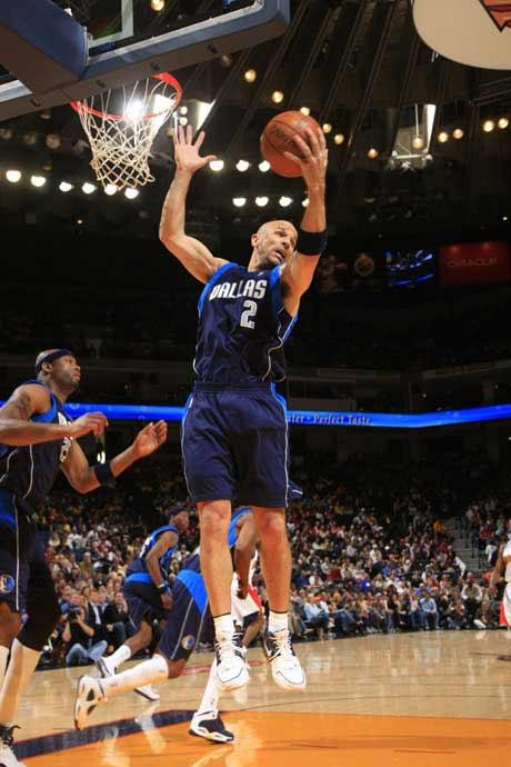 图文:[NBA]勇士胜小牛 基德摘下篮板