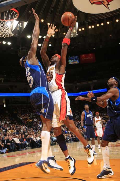 图文:[NBA]勇士胜小牛 哈林顿强攻内线