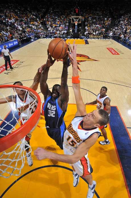 图文:[NBA]勇士胜小牛 巴恩斯扣篮