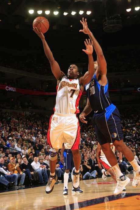 图文:[NBA]勇士胜小牛 阿祖布克上篮