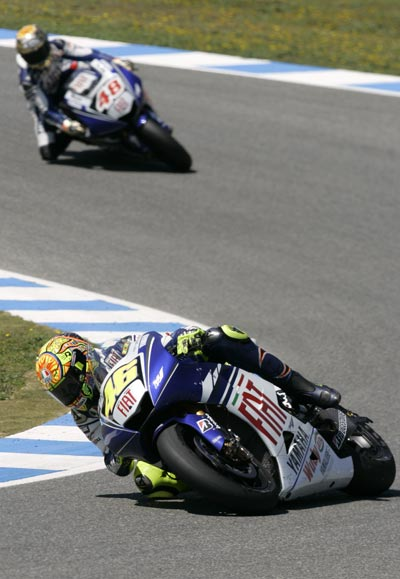 图文:MotoGP西班牙站正赛 罗西领跑队友洛伦佐
