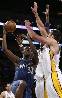 图文:[NBA]湖人vs奇才 布拉茨上篮