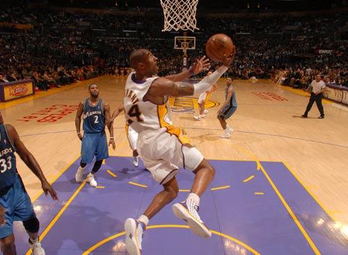 图文:[NBA]湖人vs奇才 科比反身上篮