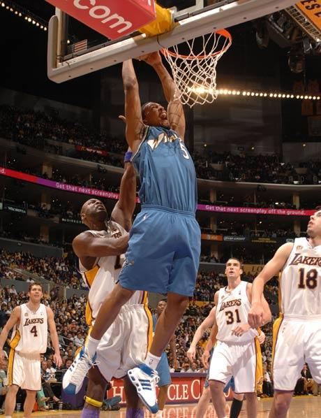 图文:[NBA]湖人vs奇才 马克圭尔双手暴扣
