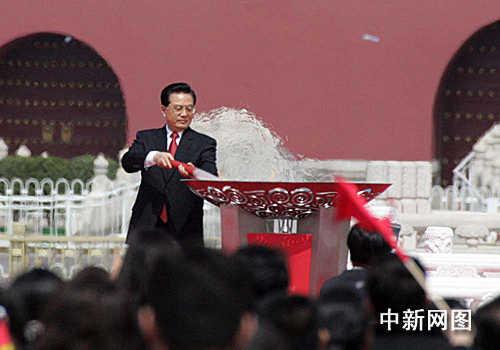 胡锦涛主席用火炬点燃圣火盆