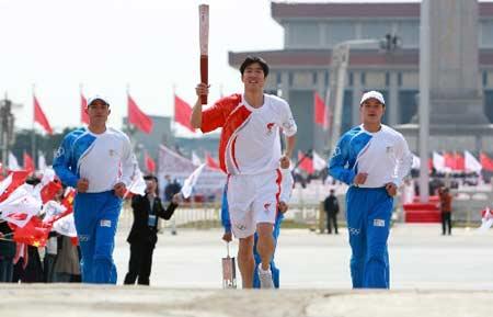 3月31日,刘翔在仪式上手持火炬奔跑。当日,北京2008年奥运会圣火欢迎仪式暨火炬接力启动仪式在天安门广场举行。 新华社记者鞠鹏摄