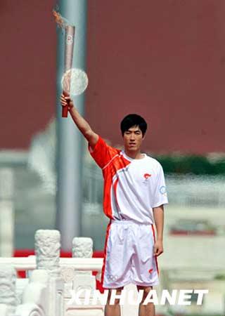 3月31日,刘翔在仪式上手持火炬展示。当日,北京2008年奥运会圣火欢迎仪式暨火炬接力启动仪式在天安门广场举行。新华社记者罗晓光摄