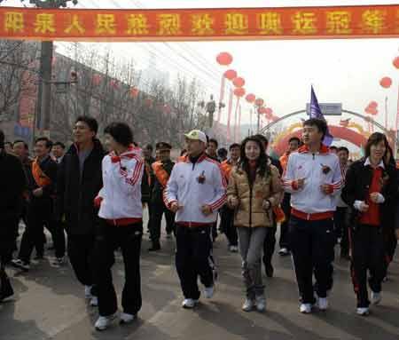 奥运冠军高敏等跑在队伍的最前面