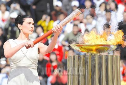 最高女祭司点燃圣火盆