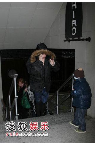 女星丽芙-泰勒和妈妈、儿子外出