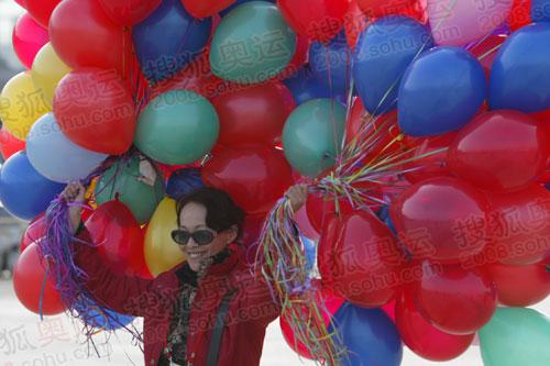 北京市民手拿气球在广场迎圣火