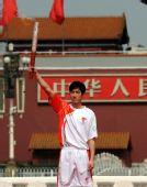 图文:奥运圣火欢迎仪式 刘翔在仪式上手持火炬