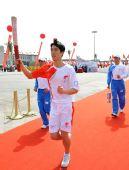 图文:奥运圣火欢迎仪式 刘翔手持火炬奔跑