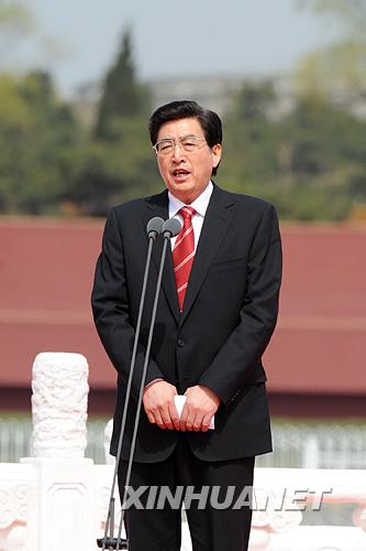 北京市市长、北京奥组委执行主席郭金龙主持北京奥运会圣火欢迎仪式暨火炬接力启动仪式。     新华社记者李学仁摄