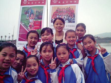 同学们在奥运公益展前合影