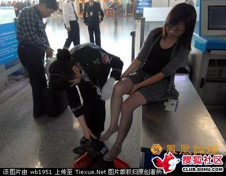 短裙美女机场遭遇尴尬安检全过程组图