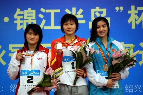 图文:美女200米仰泳决赛领奖台三位女子合影美女献殷勤图片