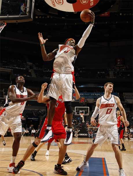 图文:[NBA]猛龙胜山猫 华莱士摘下篮板