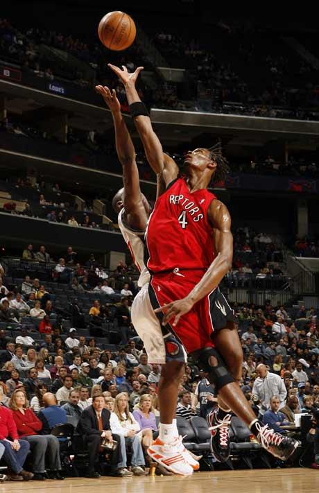 图文:[NBA]猛龙胜山猫 波什上篮