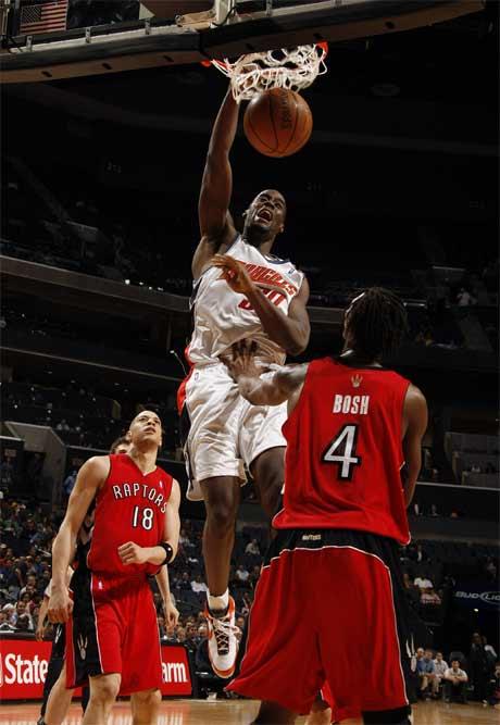 图文:[NBA]猛龙胜山猫 奥卡福单手扣篮