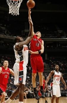 图文:[NBA]猛龙胜山猫 安东尼-帕克上篮