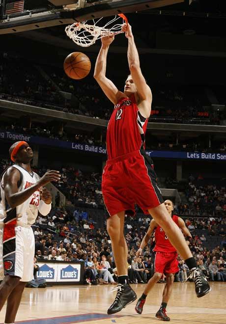图文:[NBA]猛龙胜山猫 内斯特洛维奇爆扣