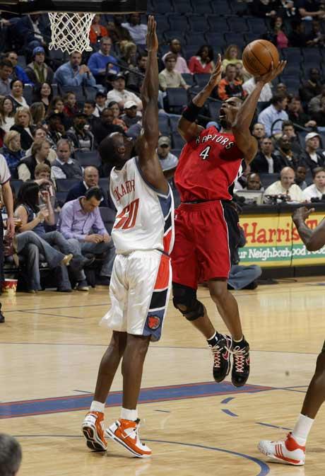 图文:[NBA]猛龙胜山猫 波什强攻篮下