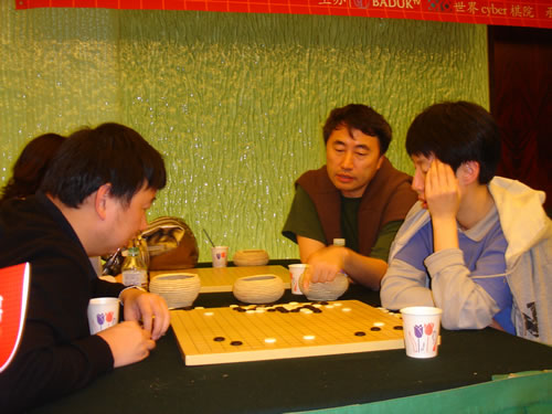 俞斌与江铸久、芮乃伟一起研究