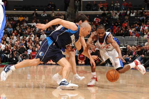 图文:[NBA]小牛胜快船 基德抢球