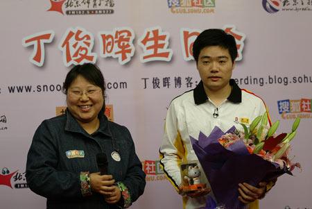 图文:丁俊晖21岁生日会 手捧礼物与鲜花