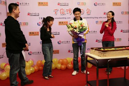 图文:丁俊晖21岁生日会 网友献上百合
