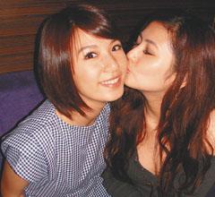 Hebe(左)被Selina吻,表情比较享受