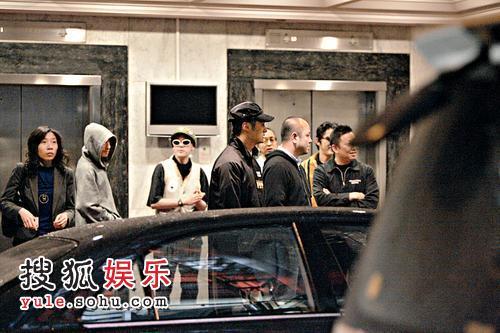 余文乐与沈嘉伟联同几位日本朋友到中国会饭局后,一行人在升降机大堂门外吸烟及聊天。
