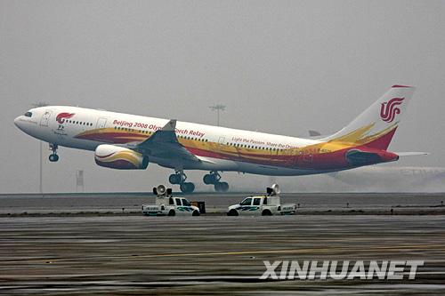 """4月1日,""""奥运圣火号""""飞机起飞。当日,北京奥运圣火搭乘专机离京,正式踏上以""""点燃激情、传递梦想""""为口号的全球传递之旅。新华社发(魏萌摄)"""
