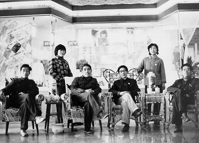 本报记者当年与步鑫生的合影,前排左起周荣新、江坪、步鑫生、陈冠柏