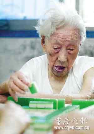 范婆婆生前喜欢打麻将(本报资料图片) 记者 张质 摄