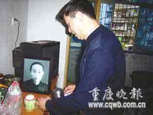 孙子张念祖在摆放婆婆遗像