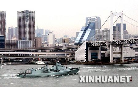 """应日本海上自卫队的邀请,中国海军""""深圳""""号导弹驱逐舰从广东湛江港启航,将于11月28日至12月1日对日本进行友好访问。此次访问是为纪念中日邦交正常化35周年而进行的一次重要活动,是中国海军舰艇历史上首次访问日本。 新华社记者 查春明摄"""