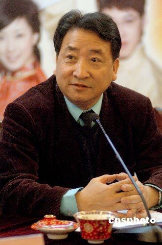 著名相声表演艺术家、中国曲艺家协会党组书记姜昆来到山东济南,为《曲山艺海之山东快书英雄会》鸣锣开赛。