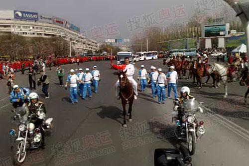 阿拉木图最特殊传递瞬间 骑马传递圣火