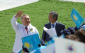 图文:奥运圣火哈萨克斯坦传递 哈总统挥手致意