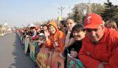 图文:阿拉木图民众迎圣火 广场外等待圣火到来