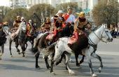 图文:阿拉木图民众迎圣火 表演民俗马背上抢羊