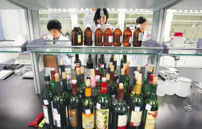 北京采取各项措施确保奥运食品安全。图为食品安全工作人员正在实验室检测食品。